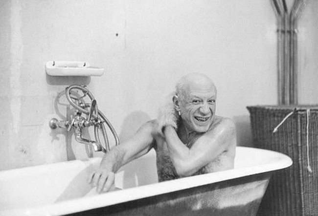 """Пабло Пикассо в ванне. Снимок Дэвиса Дэвида Дугласа, близкого друга художника и единственного его фотолетописца. «""""Ты фотографируешь, я пишу картины"""", — такое было у нас разделение труда. Он никогда мне не позировал, но и не забраковал ни одного снимка и не запрещал съемки»."""