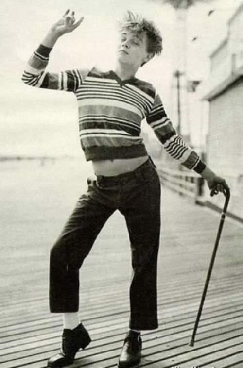 Молодой Леонардо Ди Каприо изображает Чарли Чаплина