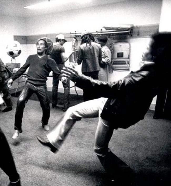 Боб Марли играет в футбол перед концертом.