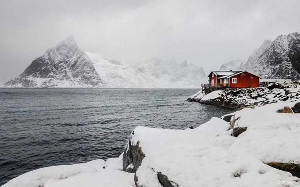Красный дом в снегу. Норвегия