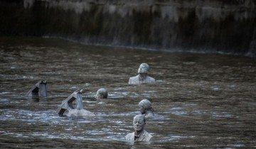 Многие не замечают ЭТОГО посреди Темзы. В часы, когда волна отступает, люди не могут сдержать восторг!