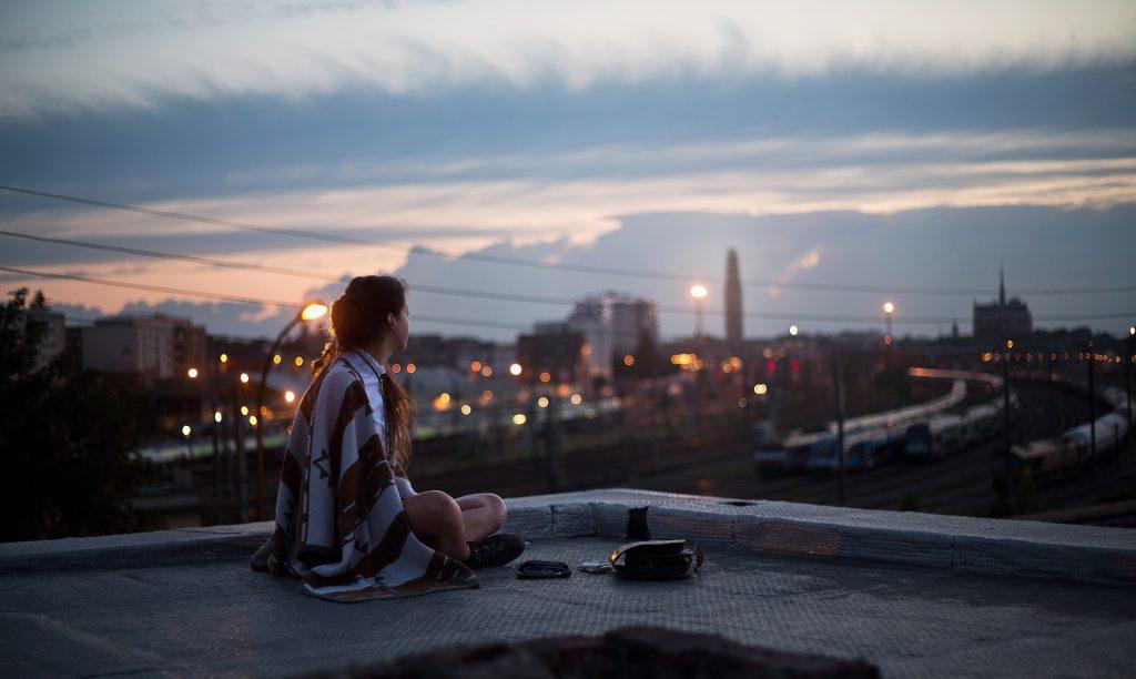 Парень и девушка на крыше