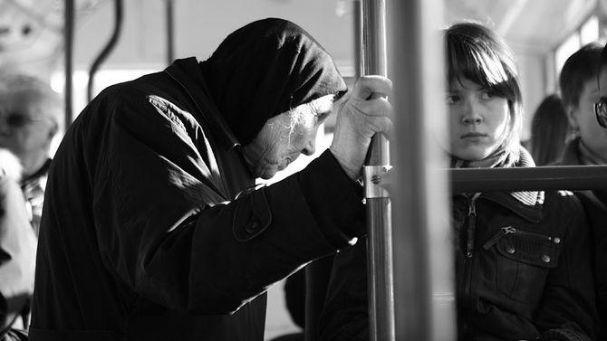 В автобусе рядом с эффектной девушкой с татушками, почти везде, стоит бабуля…