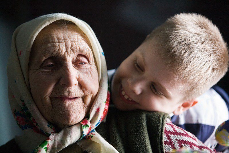 Бабка была тучная, широкая, с мягким, певучим голосом.