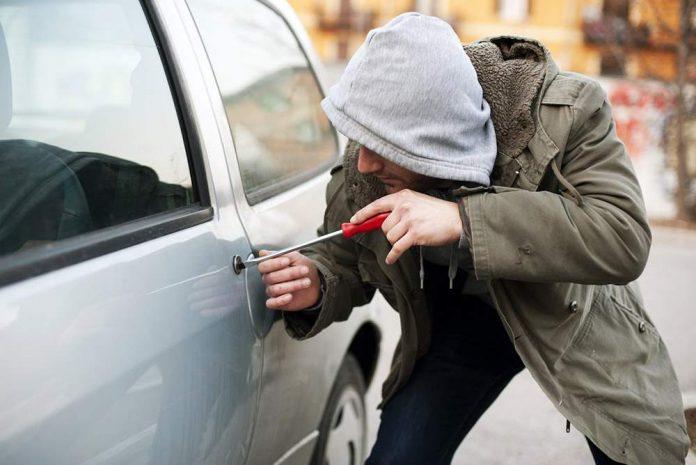 Парень был ошеломлен, увидев свою украденную машину на заправке