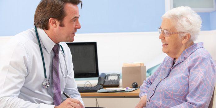 Доктор ужасает свою пожилую пациентку