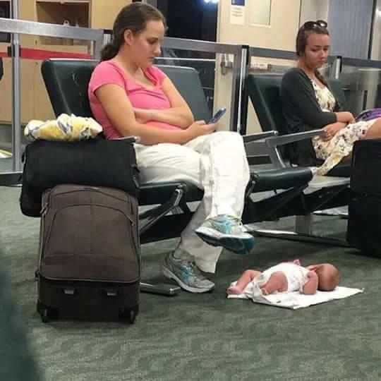 Она уложила ребенка на пол вокзала, а сама уткнулась в телефон. Вот что потом с ней сделал интернет..