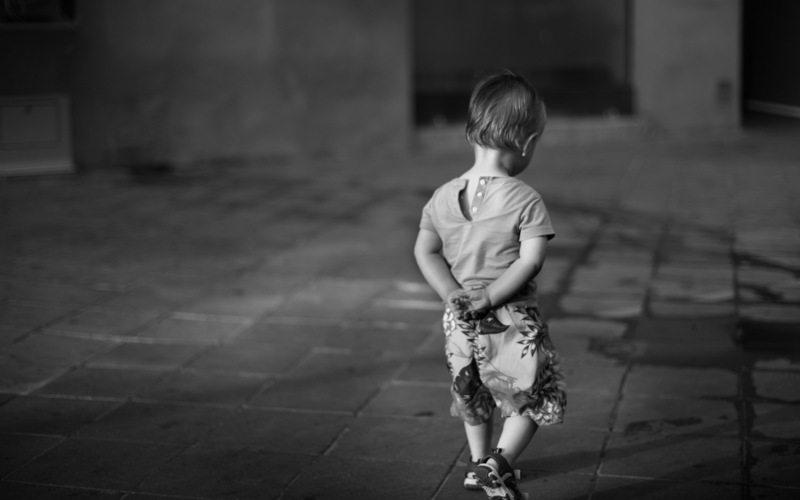 Маленький мальчик шёл вприпрыжку по улице...