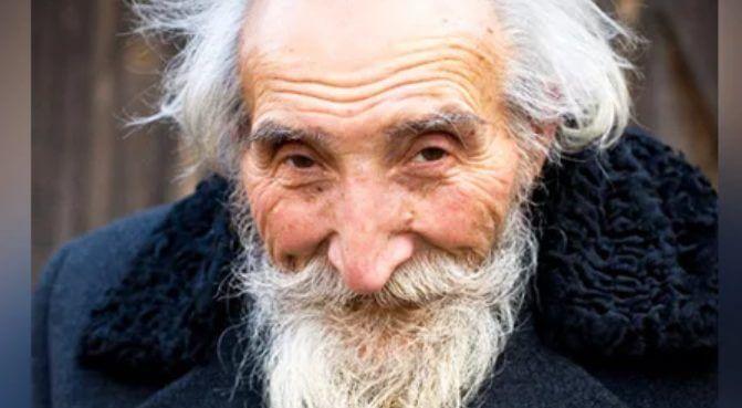 Возле кассы трясущийся рукой старик отсчитывал нужную сумму. Это был его хитрый план