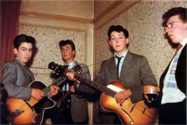 Группа The Beatles в 1957 году: Харрисону 14 лет, Леннону — 16, Маккартни — 15. Источник: http://www.adme.ru/tvorchestvo-fotografy/znamenitosti-kakimi-vy-ih-ne-videli-482855/ © AdMe.ru