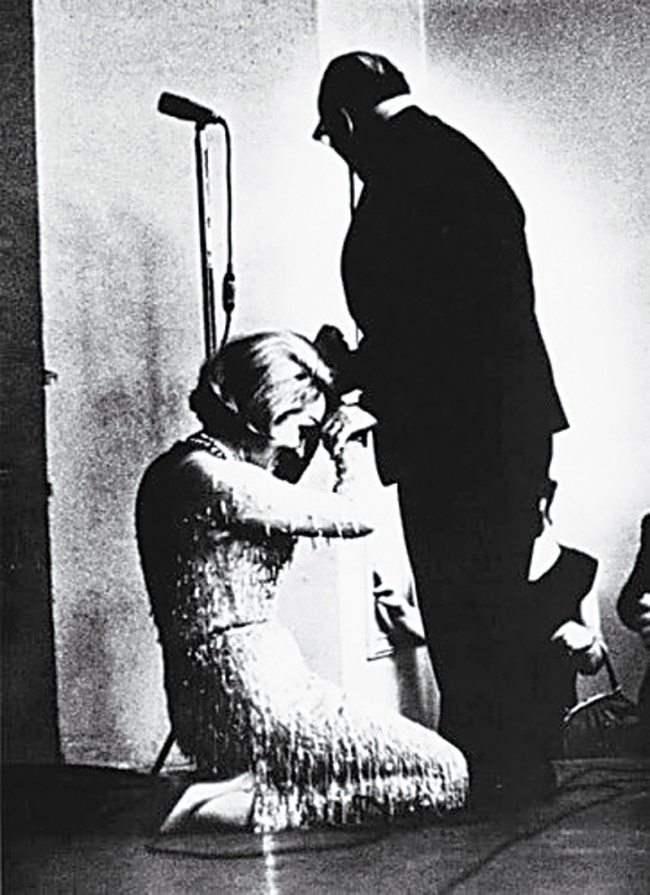 Марлен Дитрих целует руку Константину Паустовскому, 1963 год. Актриса прониклась прочитанным в юности рассказом писателя «Телеграмма» и с тех пор долго лелеяла мечту поцеловать руку, которая его написала.