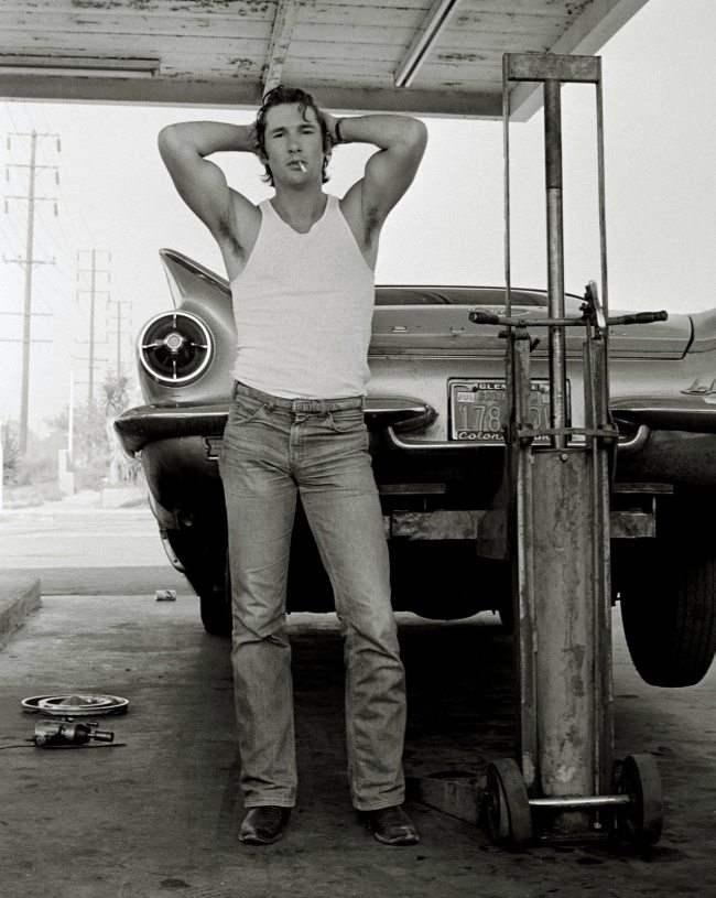 Ричард Гир, 1978 год. Портрет своего близкого друга и начинающего и никому неизвестного тогда актера Ричарда Гира сделал фотограф Херб Ритц. Это было в Калифорнии, когда у их автомобиля прокололось колесо и они заехали в придорожный сервис, чтобы его поменять.