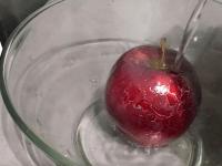 Она просто вылила кипяток на магазинное яблоко и уже через минуту замерла от ужаса!