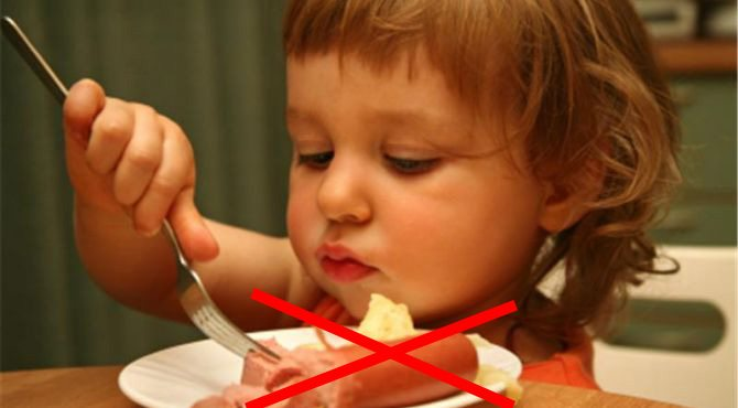 Врачи призывают вас перестать кормить себя и детей сосисками