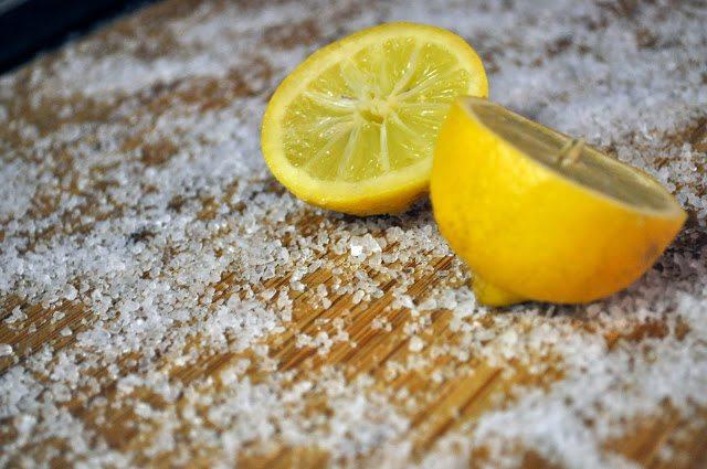 Как легко почистить кухонную доску? С этим гениальным способом всё просто.