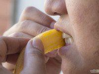 Как отбелить зубы с помощью банановой кожуры