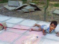 Эту малышку привязали посреди оживленной улицы. Причина этого поступка заставляет сердце обливаться кровью...