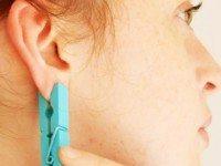 Она прицепила прищепку на ухо. Вы думаете, просто так? Идея просто гениальна!