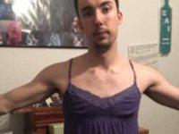 Не спеши называть этого парня извращенцем. Он носит женскую одежду по ЭТОЙ причине!