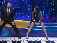 Том Хэнкс и Сандра Буллок зажигают на огромном пианино!