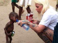 Душераздирающий момент, когда брошенному умирать 2-летнему нигерийскому мальчику дают попить воды