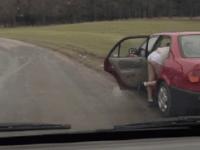 Парни, проезжавшие мимо, вышли из машины, чтобы помочь девушке сменить шину. Упс, неожиданно...