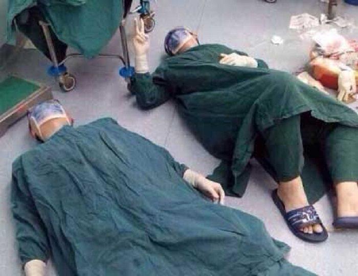 Фото хирургов, лежавших на полу, облетело весь Интернет. Причина никого не оставим равнодушным!