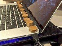 Он разложил монетки на своем ноутбуке. Результат превзошел все ожидания!