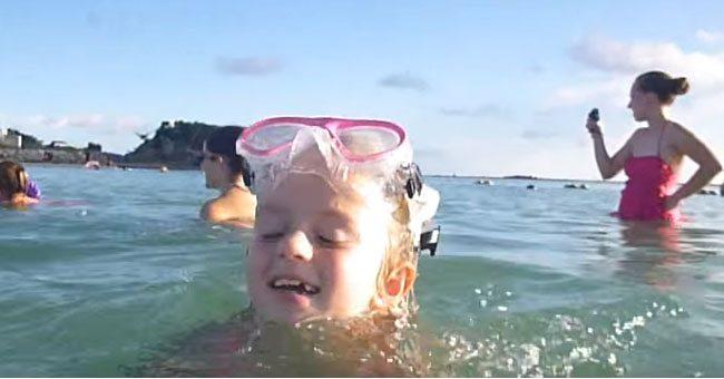 Мама с детьми отдыхала на море. Как вдруг сзади них вынырнул он…