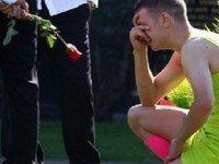 Этот парень вырядился в странное платье на похороны друга. Я был поражен, когда узнал почему…