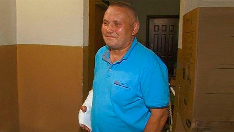 Он поймал девочку, которая упала с 8 этажа, но при этом сломал все пальцы на руке