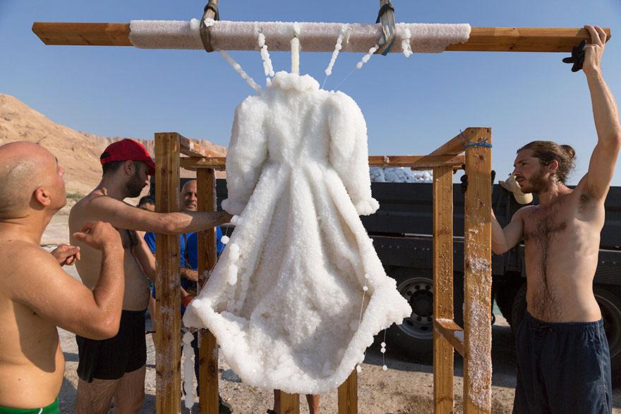 Художник бросил платье в Мертвое море на 2 года. И оно превратилось в шедевр!