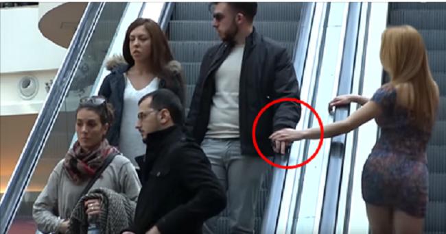 Скрытая камера засняла забавные реакции итальянцев на нежное прикосновение незнакомцев на эскалаторе