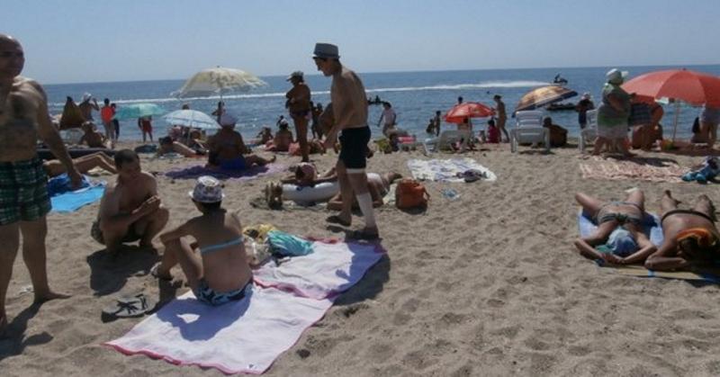 Эта 16-летняя девушка сидела на пляже в рубашке. Но тот, кто смотрит со стороны, всегда видит больше...