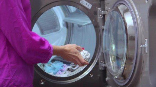 Бросьте комок из фольги в стиральную машину. Звучит безумно. Но это и правда работает