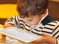 «Цифровой героин»: как экраны превращают детей в психованных наркоманов