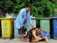 Королева красоты встала на колени перед своей матерью, которая собирала мусор