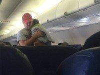 Этот мужчина с чужим ребенком в самолете стал героем интернета