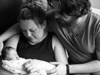 Может показаться, что это счастливое семейное фото. Но от правды сердце кровью обливается...