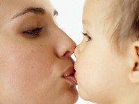 Почему нельзя позволять каждому встречному целовать вашего малыша?