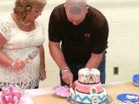 Родители тройни разрезают торт, чтобы узнать пол будущих малышей
