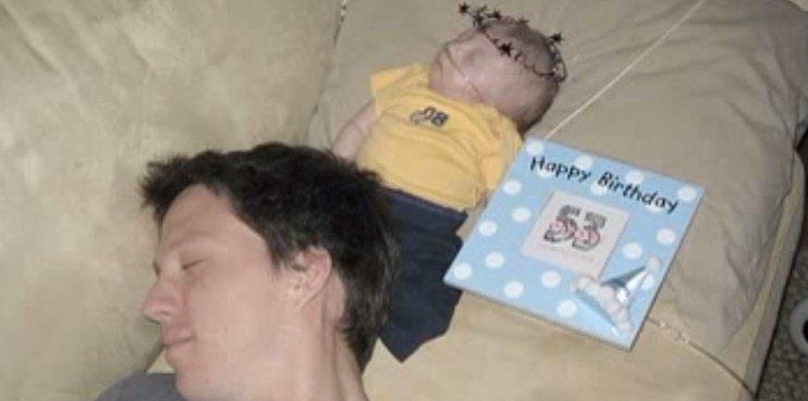 Каждый день родители отмечали момент рождения своего сына. То, что они сделали на 99-й день, растрогало всех до слез.