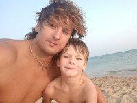 Мужчина проплыл два километра от берега, чтобы спасти тонущую семью