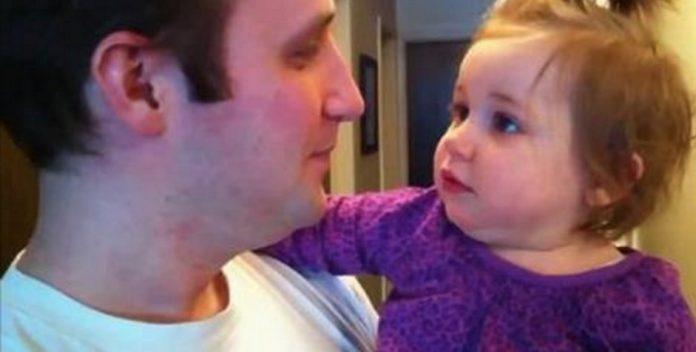 Ее папа только что сбрил свою бороду. Реакция дочки рассмешит кого угодно!