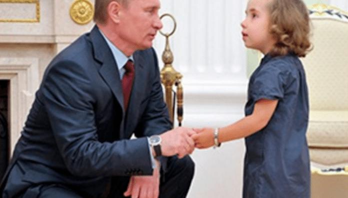 До слез: девочка прочла стих о мизерной пенсии бабушки