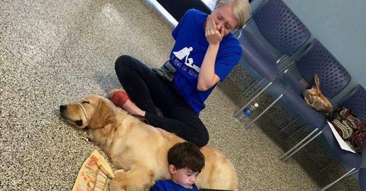 Мама расплакалась, увидев, как ее сын лежит на собаке. Причина ее слез согреет ваше сердце