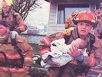 Пожарный спасает малышке жизнь. 17 лет спустя она возвращает ему долг