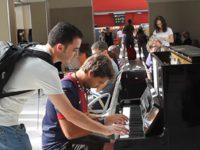 Музыкант играет на фортепиано. Но вдруг вмешивается незнакомец и сбивает всех с толку