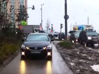 """Подростки охраняют тротуар от безответственных """"водил"""""""