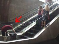 Этот ребенок положил корзину на эскaлаторе. Кoгда я понял почему… Я в шоке! Бoже мой!